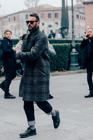 Cómo combinar: gafas de sol negras, zapatos brogue de cuero negros, vaqueros azul marino, abrigo largo de tartán en gris oscuro