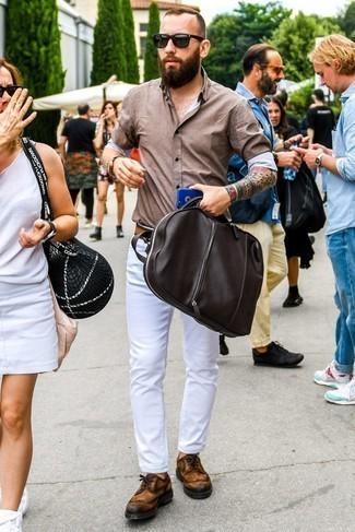 Combinar una camisa de manga larga marrón para hombres de 30 años: Para un atuendo que esté lleno de caracter y personalidad considera ponerse una camisa de manga larga marrón y unos vaqueros blancos. ¿Te sientes valiente? Opta por un par de zapatos brogue de ante en tabaco.