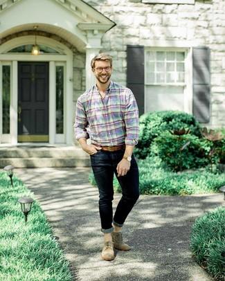 Cómo combinar: correa de cuero marrón, zapatos brogue de ante marrónes, vaqueros pitillo azul marino, camisa de manga larga de tartán en multicolor