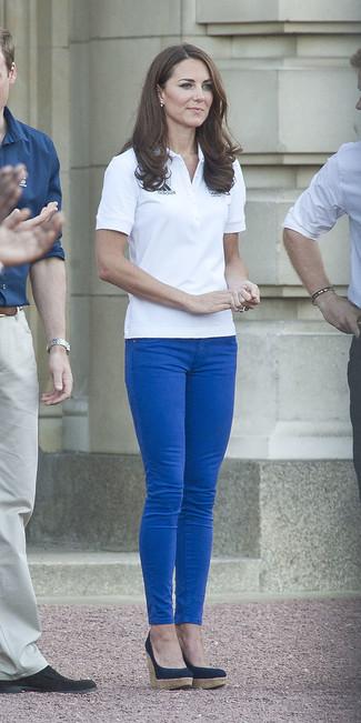 Cómo combinar: zapatos con cuña azul marino, vaqueros pitillo azules, camisa polo blanca