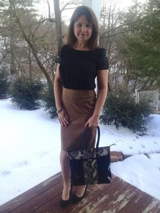Cómo combinar: bolsa tote de cuero con print de serpiente negra, zapatos con cuña de ante negros, falda lápiz de ante marrón, blusa de manga corta negra