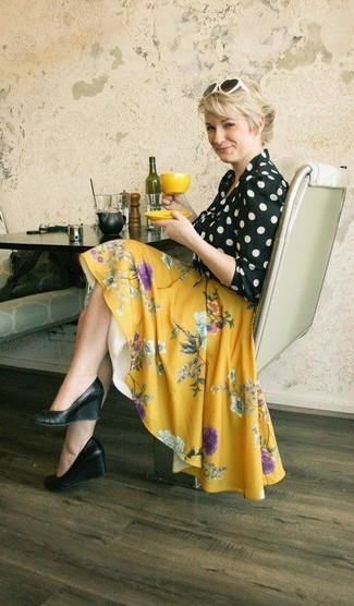 Cómo combinar: gafas de sol en blanco y negro, zapatos con cuña de cuero negros, falda skater con print de flores amarilla, blusa de manga larga a lunares en negro y blanco