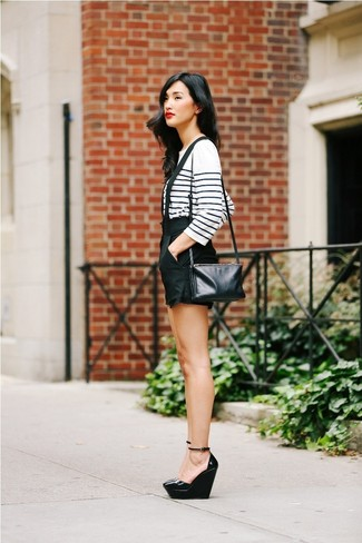Cómo combinar: bolso bandolera de cuero negro, zapatos con cuña de cuero negros, pantalones cortos negros, camiseta de manga larga de rayas horizontales en blanco y azul marino