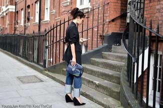 Cómo combinar: cartera sobre de cuero azul marino, zapatos con cuña de ante negros, vaqueros boyfriend azules, blazer de rayas verticales negro
