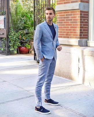 Cómo combinar: broche de solapa con print de flores gris, zapatos con doble hebilla de ante azul marino, camiseta con cuello circular azul marino, traje celeste