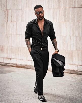 Cómo combinar: correa de cuero negra, zapatos con doble hebilla de cuero negros, camisa de manga larga negra, traje negro