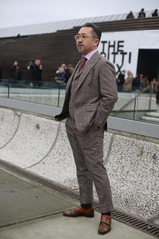 Cómo combinar: corbata marrón, zapatos con doble hebilla de cuero marrónes, camisa de vestir rosada, traje de tres piezas de lana a cuadros marrón