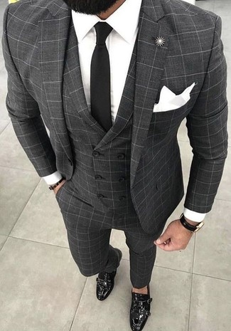 Cómo combinar: corbata negra, zapatos con doble hebilla de cuero negros, camisa de vestir blanca, traje de tres piezas a cuadros gris