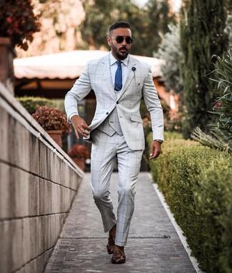 Cómo combinar: corbata de seda azul, zapatos con doble hebilla de cuero en marrón oscuro, camisa de vestir blanca, traje de tres piezas a cuadros gris