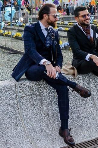 Combinar unos zapatos con doble hebilla de cuero en marrón oscuro: Emparejar un traje de tres piezas a cuadros azul marino con una camisa de vestir blanca es una opción muy buena para una apariencia clásica y refinada. ¿Quieres elegir un zapato informal? Haz zapatos con doble hebilla de cuero en marrón oscuro tu calzado para el día.