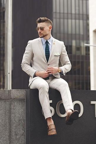 Cómo combinar: corbata de rayas horizontales verde oscuro, zapatos con doble hebilla de cuero marrónes, camisa de vestir celeste, traje en beige