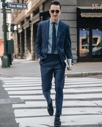 Cómo combinar: corbata azul marino, zapatos con doble hebilla de ante azul marino, camisa de vestir de cambray celeste, traje de rayas verticales azul marino