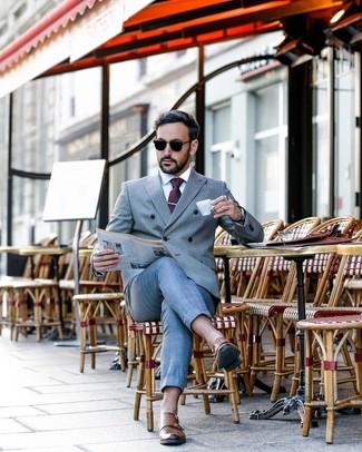 Cómo combinar: corbata a lunares morado oscuro, zapatos con doble hebilla de cuero marrónes, camisa de vestir blanca, traje gris