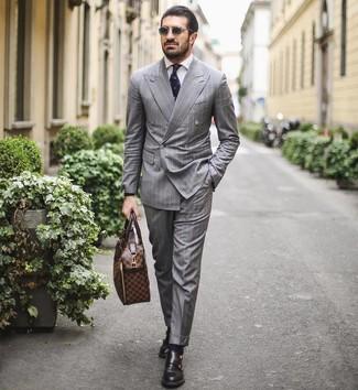 Cómo combinar: portafolio de cuero marrón, zapatos con doble hebilla de cuero negros, camisa de vestir blanca, traje de rayas verticales gris