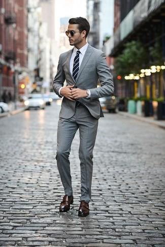 Cómo combinar: corbata de rayas horizontales en azul marino y blanco, zapatos con doble hebilla de cuero en marrón oscuro, camisa de vestir blanca, traje de tartán gris