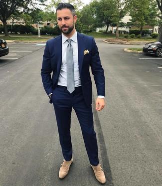 Cómo combinar: corbata a lunares gris, zapatos con doble hebilla de ante en beige, camisa de vestir de rayas verticales blanca, traje azul marino