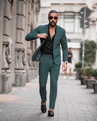 Cómo combinar: gafas de sol en marrón oscuro, zapatos con doble hebilla de cuero negros, camisa de vestir negra, traje verde oscuro