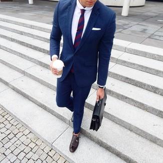 Cómo combinar: portafolio de cuero negro, zapatos con doble hebilla de cuero en marrón oscuro, camisa de vestir blanca, traje de lana azul marino