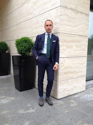 Combinar una corbata verde oscuro: Ponte un traje de rayas verticales azul marino y una corbata verde oscuro para rebosar clase y sofisticación. Si no quieres vestir totalmente formal, elige un par de zapatos con doble hebilla de ante grises.