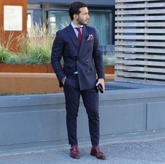 Combinar unos calcetines burdeos: Considera emparejar un traje azul marino con unos calcetines burdeos para un almuerzo en domingo con amigos. Agrega zapatos con doble hebilla de cuero burdeos a tu apariencia para un mejor estilo al instante.