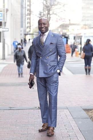 Combinar una corbata marrón: Considera emparejar un traje azul con una corbata marrón para un perfil clásico y refinado. Si no quieres vestir totalmente formal, elige un par de zapatos con doble hebilla de cuero marrónes.