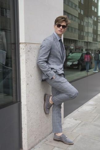 Combinar una camisa de vestir gris: Empareja una camisa de vestir gris junto a un traje de tartán gris para un perfil clásico y refinado. Zapatos con doble hebilla de ante grises son una opción atractiva para complementar tu atuendo.