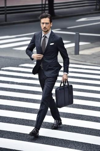 Combinar un pañuelo de bolsillo blanco: Para crear una apariencia para un almuerzo con amigos en el fin de semana empareja un traje azul marino con un pañuelo de bolsillo blanco. Dale un toque de elegancia a tu atuendo con un par de zapatos con doble hebilla de cuero negros.