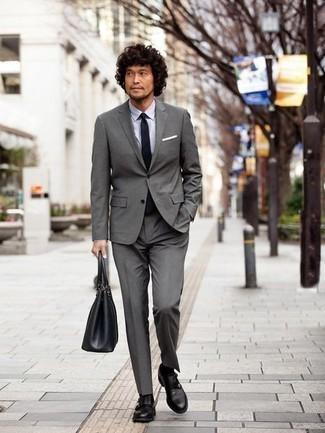 Combinar un pañuelo de bolsillo blanco: Considera ponerse un traje gris y un pañuelo de bolsillo blanco para una vestimenta cómoda que queda muy bien junta. Zapatos con doble hebilla de cuero negros son una forma sencilla de mejorar tu look.