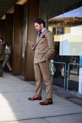 Outfits hombres: Considera emparejar un traje marrón claro junto a una camisa de vestir celeste para rebosar clase y sofisticación. Zapatos con doble hebilla de cuero marrónes añadirán interés a un estilo clásico.