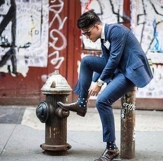 Combinar unos calcetines a lunares en azul marino y blanco: Considera ponerse un traje a cuadros azul y unos calcetines a lunares en azul marino y blanco para cualquier sorpresa que haya en el día. ¿Te sientes valiente? Opta por un par de zapatos con doble hebilla de cuero en marrón oscuro.
