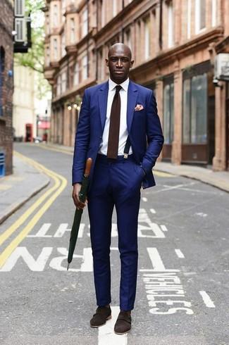 Cómo combinar: corbata de lana en marrón oscuro, zapatos con doble hebilla de ante en marrón oscuro, camisa de vestir blanca, traje azul