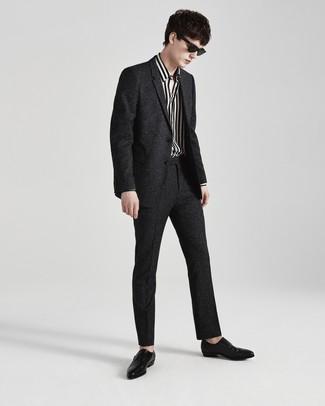Cómo combinar: zapatos con doble hebilla de cuero negros, camisa de manga larga de rayas verticales en blanco y negro, traje de lana en gris oscuro