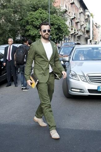 Outfits hombres en verano 2020: Opta por un traje verde oliva y una camiseta con cuello circular blanca para las 8 horas. ¿Te sientes valiente? Opta por un par de zapatos con doble hebilla de ante en beige. ¡Un atuendo perfecto veraniego!