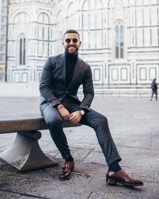 Outfits hombres: Empareja un traje de rayas verticales azul marino con un jersey de cuello alto azul marino para el after office. Completa tu atuendo con zapatos con doble hebilla de cuero marrónes para mostrar tu inteligencia sartorial.