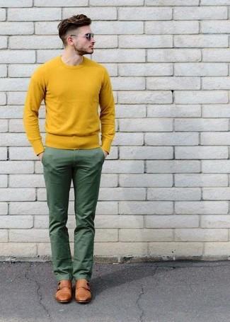 Combinar un jersey con cuello circular amarillo: Casa un jersey con cuello circular amarillo junto a un pantalón chino verde para una apariencia fácil de vestir para todos los días. Dale onda a tu ropa con zapatos con doble hebilla de cuero marrón claro.