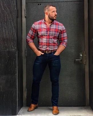 Cómo combinar: correa de cuero marrón, zapatos con doble hebilla de cuero marrón claro, vaqueros pitillo azul marino, camisa de vestir de tartán roja