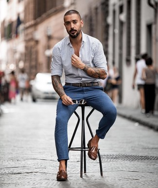 Cómo combinar: correa de cuero en marrón oscuro, zapatos con doble hebilla de cuero marrónes, pantalón chino azul, camisa de manga larga de rayas verticales gris