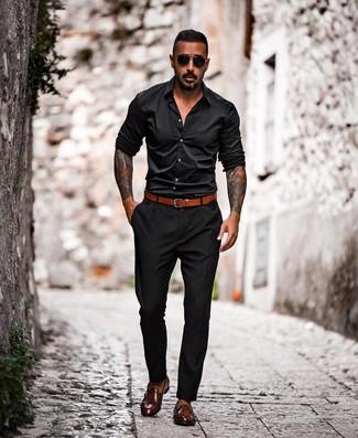 Cómo combinar: correa de cuero en tabaco, zapatos con doble hebilla de cuero en marrón oscuro, pantalón chino negro, camisa de manga larga negra