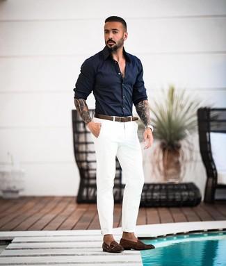 Cómo combinar: correa de cuero en marrón oscuro, zapatos con doble hebilla de cuero en marrón oscuro, pantalón chino blanco, camisa de manga larga azul marino