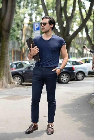 Cómo combinar: bolso con cremallera de cuero tejido negro, zapatos con doble hebilla de cuero marrónes, pantalón chino azul marino, camiseta con cuello circular azul marino