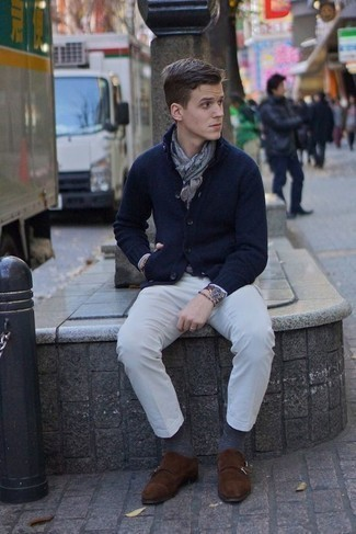Combinar unos zapatos con doble hebilla de ante en marrón oscuro: Ponte un cárdigan con cuello chal azul marino y un pantalón chino blanco para lograr un look de vestir pero no muy formal. Con el calzado, sé más clásico y haz zapatos con doble hebilla de ante en marrón oscuro tu calzado.