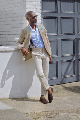 Combinar un blazer marrón claro: Utiliza un blazer marrón claro y un pantalón de vestir en beige para una apariencia clásica y elegante. Un par de zapatos con doble hebilla de ante en marrón oscuro se integra perfectamente con diversos looks.