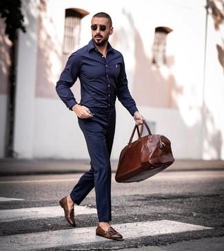 Cómo combinar: bolsa de viaje de cuero marrón, zapatos con doble hebilla de cuero marrónes, pantalón de vestir azul marino, camisa de manga larga azul marino