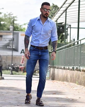 Look de moda: Correa de cuero en marrón oscuro, Zapatos con doble hebilla de cuero en marrón oscuro, Vaqueros azules, Camisa de manga larga celeste