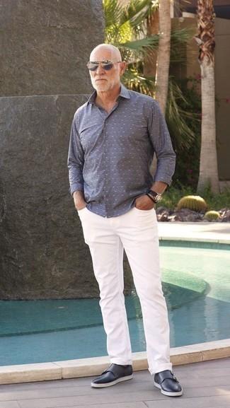 Moda para hombres de 60 años: Usa una camisa de manga larga a lunares gris y unos vaqueros blancos para un almuerzo en domingo con amigos. Zapatos con doble hebilla de cuero azul marino son una forma sencilla de mejorar tu look.