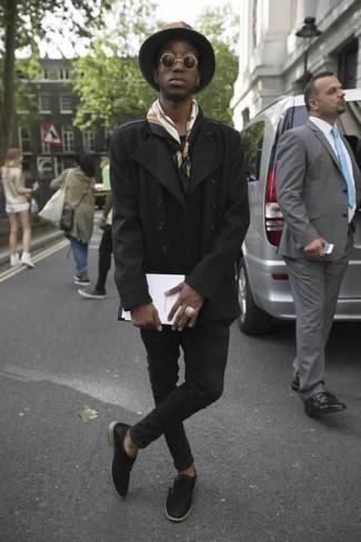 Combinar un chaquetón negro: Casa un chaquetón negro junto a unos vaqueros negros para crear un estilo informal elegante. Con el calzado, sé más clásico y opta por un par de zapatos con doble hebilla de cuero negros.