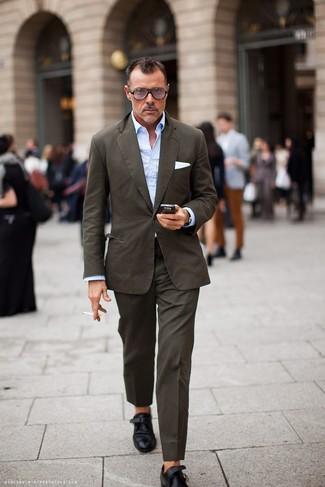 Outfits hombres: Intenta ponerse un traje marrón y una camisa de manga larga celeste para una apariencia clásica y elegante. Zapatos con hebilla de cuero negros son una opción grandiosa para complementar tu atuendo.