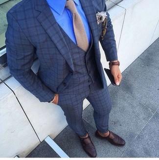 Cómo combinar: corbata de punto en beige, zapatos con hebilla de cuero en marrón oscuro, camisa de vestir azul, traje de tres piezas a cuadros azul marino