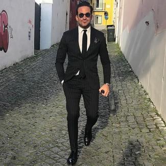 Cómo combinar: corbata negra, zapatos con hebilla de cuero negros, camisa de vestir blanca, traje de rayas verticales negro