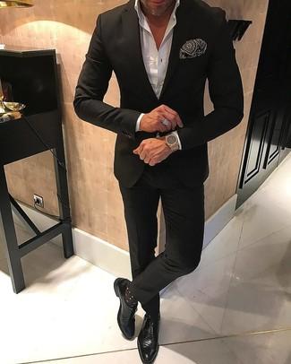 Cómo combinar: pañuelo de bolsillo estampado en negro y blanco, zapatos con hebilla de cuero negros, camisa de vestir blanca, traje negro